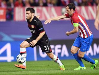 Leverkusens Kevin Volland geht an Atléticos Diego Godin (r) vorbei. Foto: Federico Gambarini