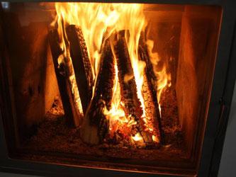 Ein prasselndes Kaminfeuer ist für viele Menschen der Inbegriff von Romantik und Behaglichkeit. Foto: Hilke Segbers