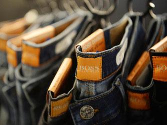Hosen von Hugo Boss hängen an Kleiderbügeln. Foto: Franziska Kraufmann/Archiv