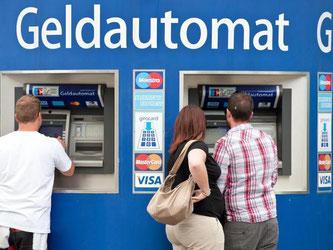 Die Zinsflaute setzt Banken und Sparkassen zunehmend unter Druck. Viele Geldhäuser drehen daher an der Gebührenschraube. Foto: Tobias Kleinschmidt