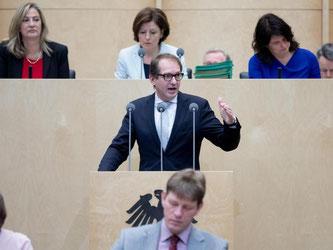 Verkehrsminister Dobrindt kann nun die nächsten Schritte für die Maut-Einführung angehen. Foto: Kay Nietfeld
