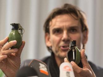 Der leitende Kriminaldirektor Andreas Stenger vom baden-württembergischen Landeskriminalamt zeigt Modelle der Handgranate M52 aus dem ehemaligen Jugoslawien. Foto: Patrick Seeger/Archiv