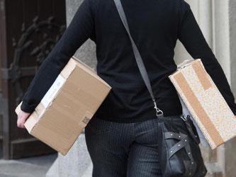 Oft landen Pakete beim Nachbarn statt beim Empfänger. Zahlen muss der für die Ware aber erst, wenn er sie auch erhalten hat. Foto: Sebastian Kahnert