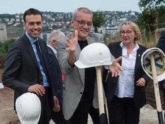 Schmid (SPD, l-r), Anderson und Bauer (Grüne) beim Spatenstich für den Neubau. Foto: Marijan Murat