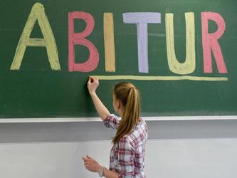 Eine Schülerin unterstreicht das Wort «Abitur» an der Tafel. Foto: Tobias Kleinschmidt/Archiv
