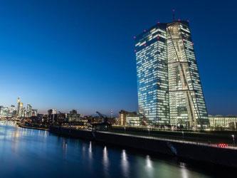 Das Gebäude der Europäischen Zentralbank in Frankfurt am Main. Die Geldschleusen bleiben weiterhin offen. Foto: Boris Roessler