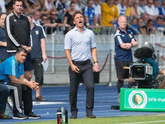 HSV-Trainer Bruno Labbadia steht durch das Aus im Pokal bereits vor dem ersten Bundesliga-Spieltag massiv unter Druck. Foto: Sebastian Kahnert