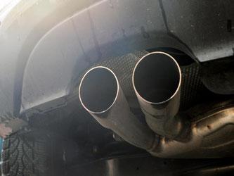 Viele Diesel-Pkw blasen laut einer Studie des Forscherverbunds ICCT mehr giftige Stickoxide aus dem Auspuff als neue Lastwagen oder Busse. Foto: Hendrik Schmidt/Symbolbild