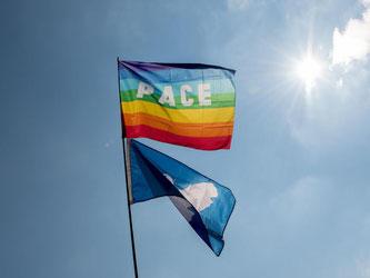 Eine Friedensflaggen ist am Himmel zu sehen. Foto: Daniel Maurer/Archiv