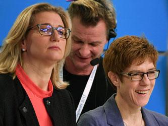 Anke Rehlinger (SPD/l) Annegret Kramp-Karrenbauer (CDU) werden die Koalition wohl fortsetzen. Foto: Uwe Anspach