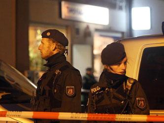 Polizeibeamte stehen vor dem Imbiss in Herne, in dem der mutmaßliche Kindermörder Marcel H. gefasst wurde. Foto: Roland Weihrauch