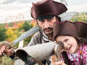 Auch Piraten treffen Kinder im Freizeitpark Belantis in Leipzig. Insgesamt gibt es in dem Park acht Themenwelten. Foto: BELANTIS/Eric Kemnitz
