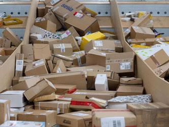 Besonders in der Vorweihnachtszeit wird es in den Zustellzentren eng. Damit die Pakete rechtzeitig zum Fest ankommen, sollten Verbraucher die Fristen der Paketdienste beachten. Foto: Klaus-Dietmar Gabbert