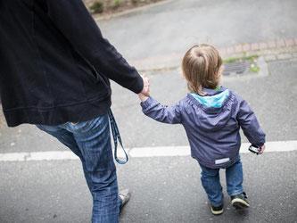 Sind häufig auf staatliche Hilfen angewiesen: Alleinerziehende mit einem Kind. Foto: Marcel Kusch/Archiv
