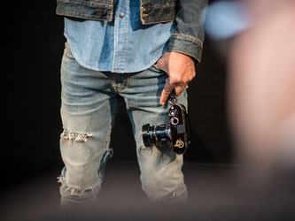 Rockmusiker Lenny Kravitz fotografiert mit einer Leica-Kamera. Fotoapparate der Marke sind wieder ein beliebtes Lifestyle-Objekt. Foto: Frank Rumpenhorst