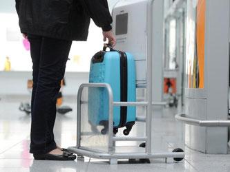 Am Flughafen testen ist gut - aber vorab zu Hause die richtigen Abmessungen fürs Handgepäck zu checken, noch besser. Zumal sich nach den neuen IATA-Empfehlungen vom 9.6.2015 die maximale Größe der Gepäckstücke verkleinern kann. Foto: Tobias Hase
