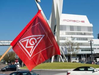 Eine Flagge der IG-Metall während eines Warnstreiks in Stuttgart. Foto: Deniz Calagan/Archiv
