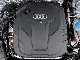 Ein Dieselmotor TDI in einem Audi. Der Autohersteller gerät in dem Abgas-Skandal weiter unter Druck. Foto: Julian Stratenschulte