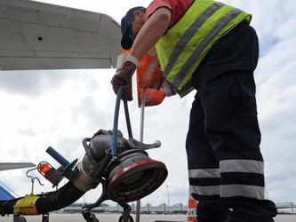 Kerosin kostete laut Airlineverband IATA Anfang Februar 2016 rund 40 Prozent weniger als vor einem Jahr. Aber die Flugpreise sind kaum gesunken. Foto: Andreas Gebert