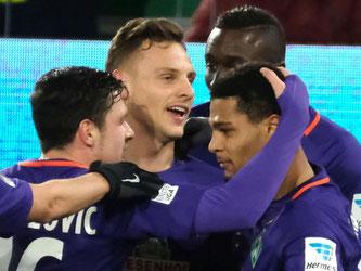 Im Wortsinne glückliche Gewinner: Die Werder-Spieler feiern Torschütze Serge Gnabry (vorne r). Foto: Peter Steffen