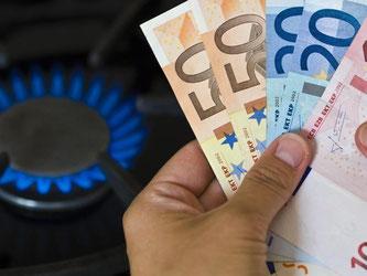Wer von der Grundversorgung in einen anderen Tarif wechselt, kann viel Geld sparen. In Leipzig etwa können das bis zu 847 Euro pro Jahr sein. Foto: Patrick Pleul