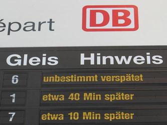 Verspätungen und Ausfälle für mehrere Züge werden am Hauptbahnhof in Magdeburg angezeigt. Foto: Jens Wolf/Archiv