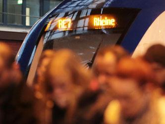 Pendler steigen in Köln aus dem Regionalzug Rhein-Münsterland-Express RE 7. Foto: Oliver Berg