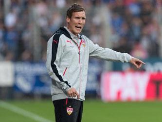 Stuttgarts Trainer Hannes Wolf gibt Anweisungen an seine Spieler. Foto: Guido Kirchner