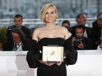 Diane Kruger strahlt: Die deutsche Schauspielerin wurde für ihre Leistung in Fatih Akins NSU-Drama «Aus dem Nichts» geehrt. Foto: Thibault Camus