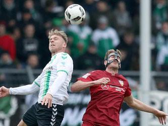 Marcel Franke (l, Fürth) kämpft mit dem Stuttgarter Simon Terodde um den Ball. Foto: Daniel Karmann