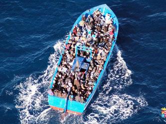 Flüchtlingsboot vor der Küste der italienischen Insel Lampedusa. Foto: Italian Navy