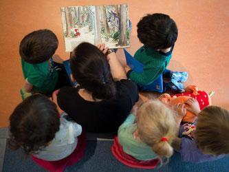 Experten empfehlen für Krippen höchstens drei Kinder pro Erzieher oder zwischen sieben und acht Kindergartenkinder. Foto: Arno Burgi