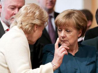 Bundeskanzlerin Angela Merkel (CDU) im vergangenen April mit Erika Steinbach. Foto: Kay Nietfeld