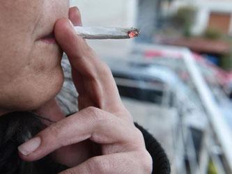 Rauchen wann ich will und so viel ich will: Das geht nicht, wenn die Nachbarn davon stark beeinträchtigt werden, meint der BGH. Foto: Uli Deck