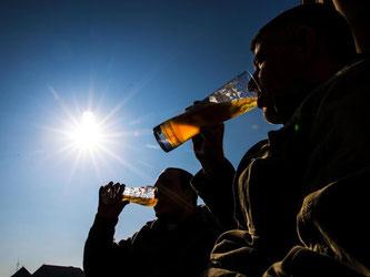 Zwei Männer trinken Bier. Foto: Christoph Schmidt/Archiv