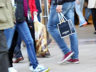 Passanten in der Hamburger Innenstadt: Ob und wie oft Geschäfte sonntags öffnen, entscheiden bislang die Länder. Foto: Bodo Marks/Illustration