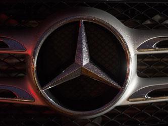 Der Autobauer Daimler ruft vorsroglich 705 000 Mercedes-Benz Pkw und rund 136 000 Daimler Vans in die Werkstätten zurück. Sie könnten von den defekten Airbags des japanischen Zulieferers Takata betroffen sein. Foto: Marijan Murat/Symbolbild