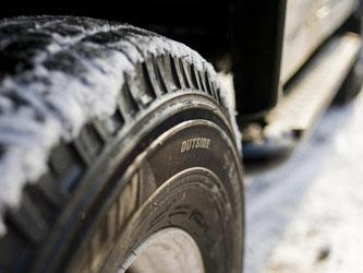 Sicher unterwegs ist man bei Eis und Schnee mit Winterreifen. Ein aktueller Test zeigt, Ganzjahresreifen überzeugen nur bedingt. Foto: Franziska Gabbert