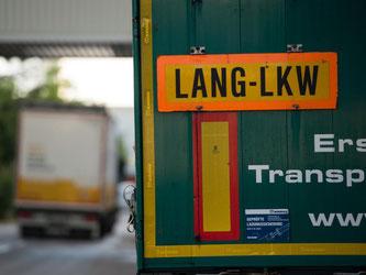 Das Schild «Lang-Lkw» hängt an einem langen Lastwagen. Foto: Marijan Murat/Archiv