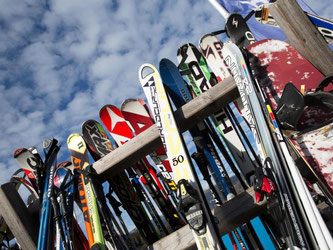 Wer sich im Winterurlaub Skier ausleiht, sollte sich vorher ordentlich beraten lassen. Foto: Florian Schuh