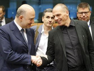 Bei einem «Nein» werden weitere Gespräche verkompliziert, warnt Pierre Moscovici (l) - bei einem «Ja» will Gianis Varoufakis zurücktreten. Foto: Olivier Hoslet
