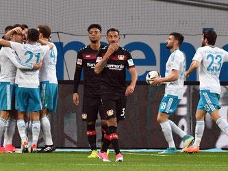 Die Leverkusener Karim Bellarabi (r) und Benjamin Henrichs sind nach dem zwischenzeitlichen 0:4 konsterniert. Foto: Federico Gambarini