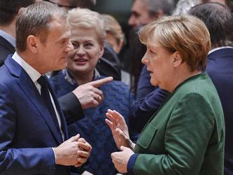 Kanzlerin Merkel und der wiedergewählte EU-Ratspräsidenten Tusk sprechen während des EU-Gipfels in Brüssel. Foto: Geert Vanden Wijngaert