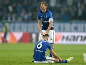 Schalkes Kapitän Benedikt Höwedes (o) tröstet Mitspieler Sead Kolasinac nach dem Spiel. Foto: Ina Fassbender
