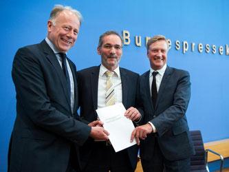 Hocherfreut: Die drei Kommissions-Vorsitzenden Ole von Beust, Matthias Platzeck und Jürgen Trittin (v.l.) sehen ihren Vorschlag als fairen Kompromiss. Foto: Bernd von Jutrczenka