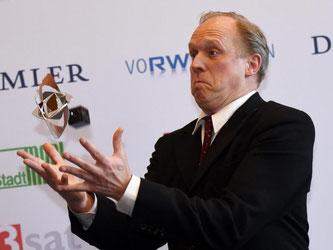 Der Schauspieler Ulrich Tukur posiert mit dem Preis in der Kategorie «Fiktion» für den Film «Tatort - Im Schmerz geboren». Foto: Henning Kaiser