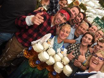 Hier posieren rund 100 Euro an Bier: Oktoberfest-Bedienungen nach dem Anstich. Foto: Felix Hörhager