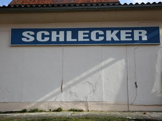 """Ein Schild mit der Aufschrift """"Schlecker"""" an einer früheren Verkaufsstelle von Europas ehemals größter Drogeriekette. Foto: Bernd Wüstneck"""