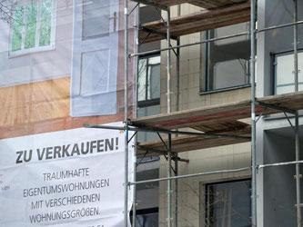 Wer in einer deutschen Großstadt eine Immobilie kaufen möchte, muss immer tiefer in die Tasche greifen. Foto: Tim Brakemeier/Illustration