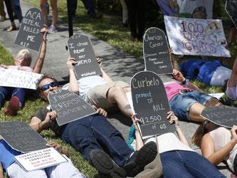 Demonstranten liegen auf dem Boden in Miami, und protestieren für die Gesundheitsreform «Obamacare». Foto: Wilfredo Lee